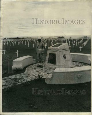 1947 Press Photo Philippine Scouts Guards At Iwo Jima Cemetery And Memorial