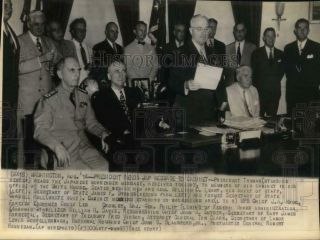1945 Press Photo President Truman Reads Japanese Surrender Message To Cabinet