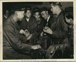 1946 Press Photo Texan Leroy Neubauer Instructs Chinese Sailors At Naval Station