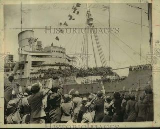 1945 Press Photo Returning Wwii Soldiers Jam Decks Of Queen Mary In York