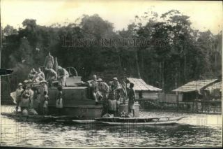 1942 Press Photo Us Soldiers Take Leave,  Visit Guinea Natives On Boat Trip
