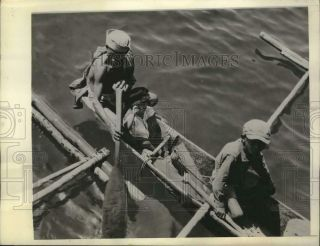 1945 Press Photo Filipino Father & Sons Paddle Up To A Coast Guard - Manned Lst