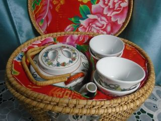 Vintage Chinese Travel Tea Pot W/ 4 Cups In Woven Rattan Picnic Basket (un -)